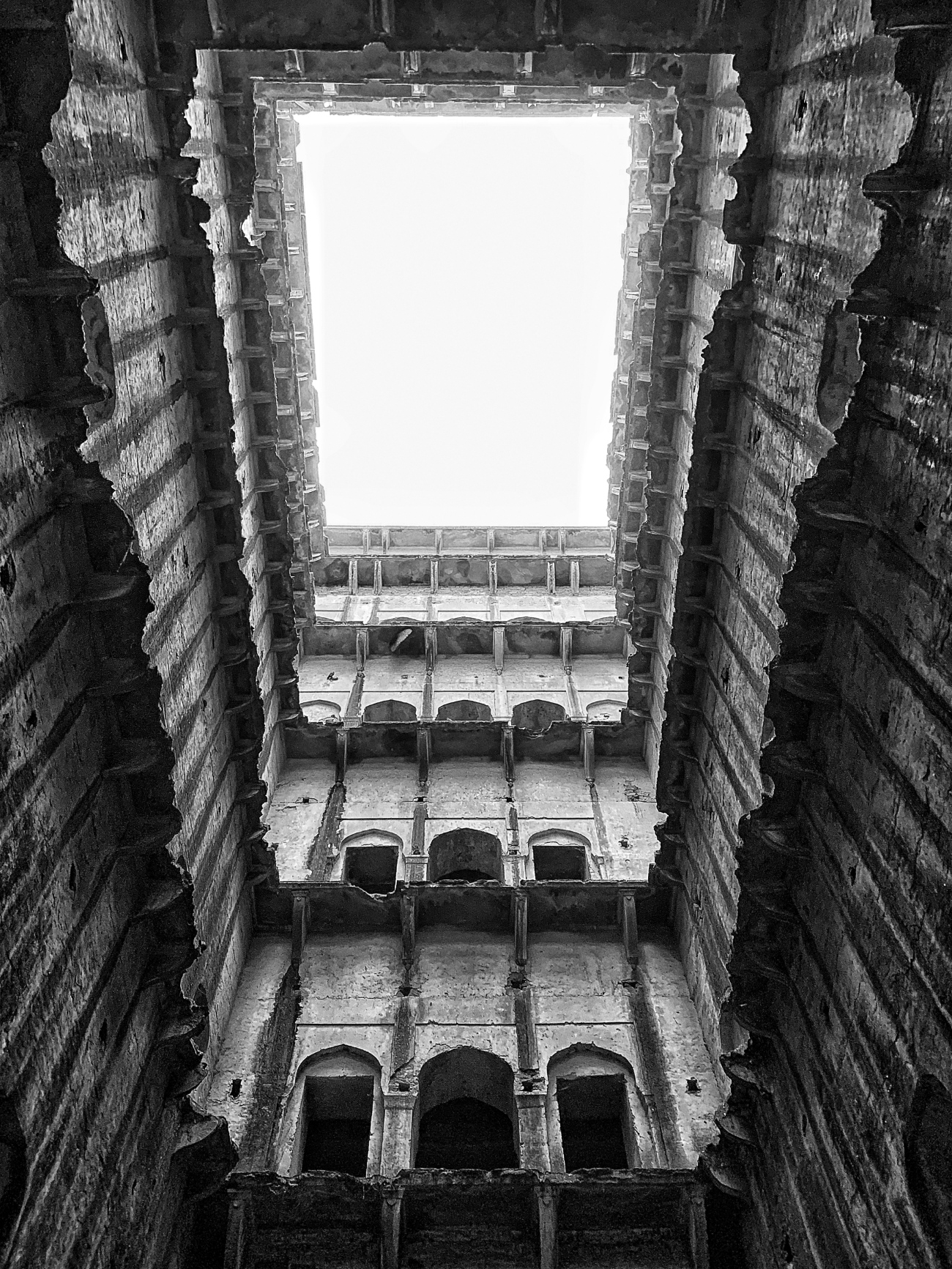 looking up 9 floors - neemrana baori