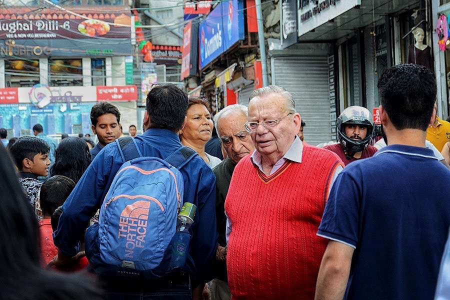 Ruskin Bond arriving at the Cambridge Book Depot